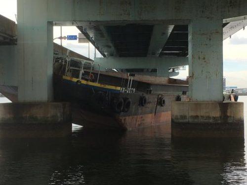 阪神高速5号湾岸線の側道に衝突した台船