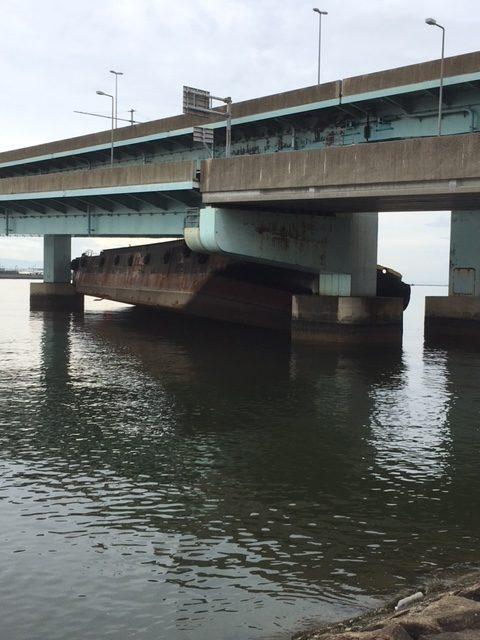阪神高速湾岸線の橋脚に衝突した台船=9月9日、甲子園浜