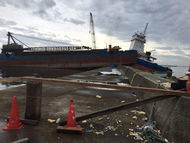 防波堤に乗り上げた押し船と台船=9月9日、西宮浜