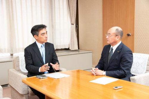 石井登志郎・西宮市長(左)とかんの雅一