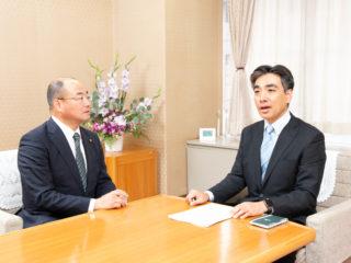 石井登志郎・西宮市長(右)とかんの